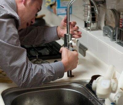Devriez-vous engager un plombier pour réparer votre robinet qui fuit ?